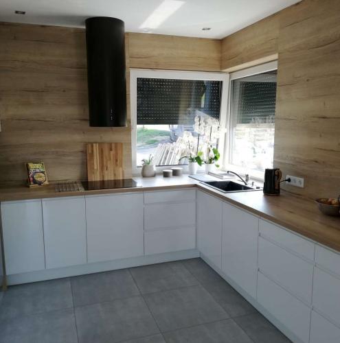 meble-kuchenne-w-domku-drewnianym